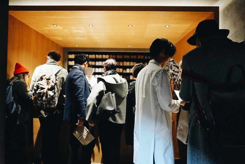 KOFFEE MAMEYA店內咖啡師與客人解說的景象