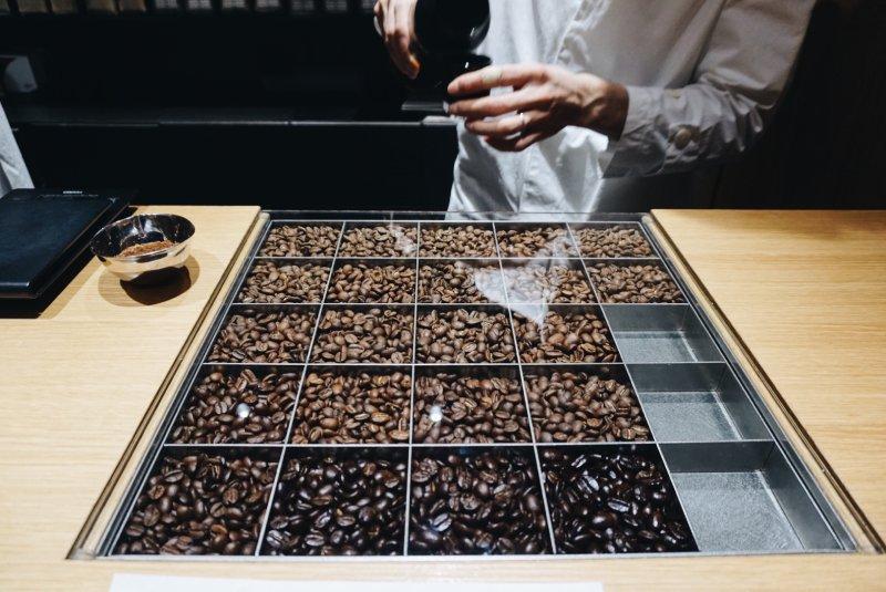 KOFFEE MAMEYA淺焙到深焙排列的咖啡豆