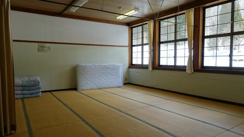 教室內改造成大通鋪的模樣