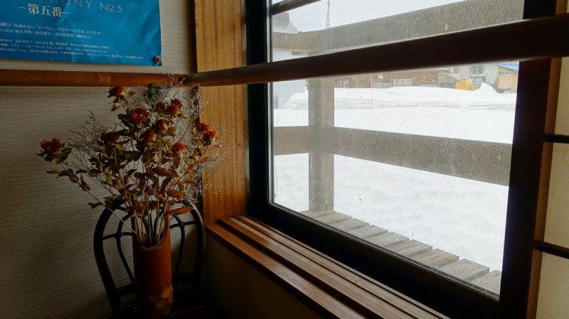 窗邊雪景和插花