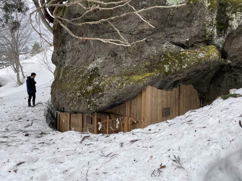 冬天的積雪和三石神社結緣之岩