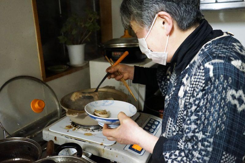 古民家民宿主人正在煮飯