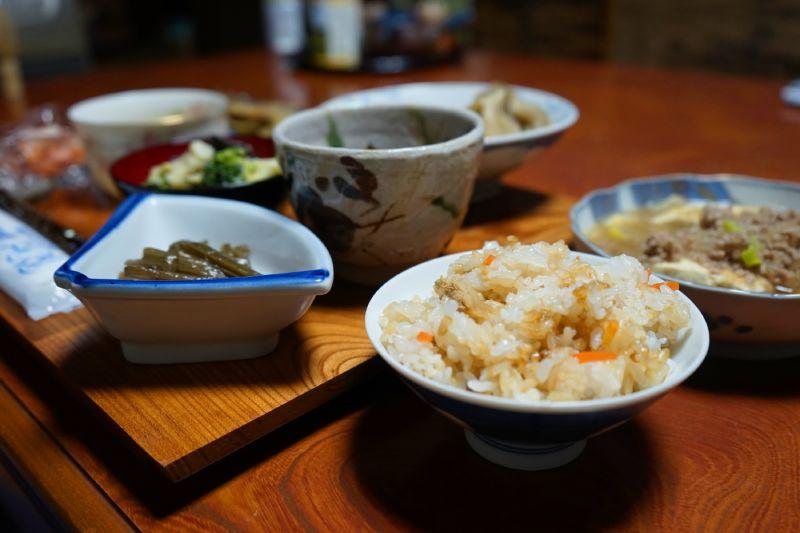 香菇炊飯和各種小菜