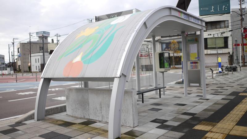 砺波站前的巴士站牌