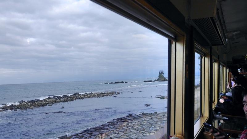 Belles montagnes et mer窗外雨晴海岸景色