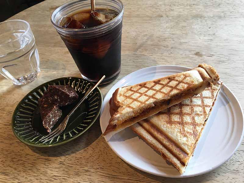 「Cafe Fluorite」的的熱壓三明治與冰咖啡