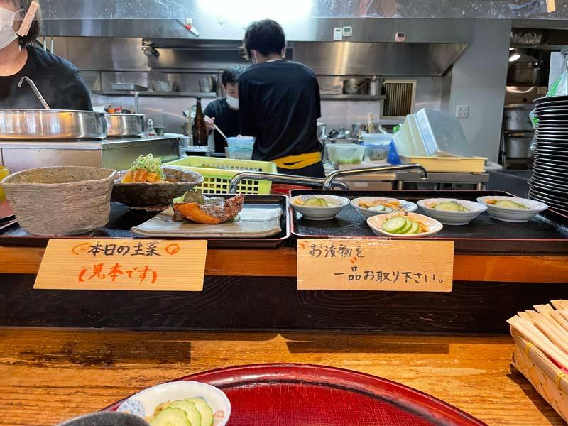 櫃檯上放置主菜與醃漬小菜