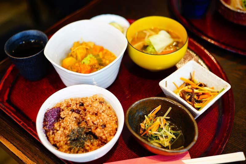 酵素玄米咖哩定食與小菜