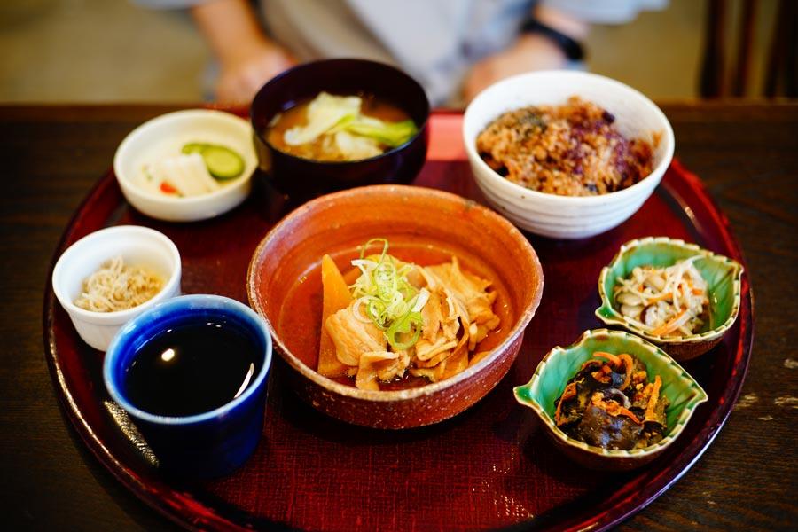 HARE箱膳定食,酵素玄米、湯品、主菜、醃漬小菜、配菜