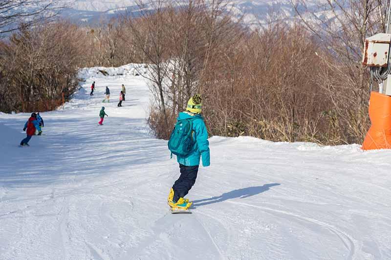 滑雪場內滑雪的人