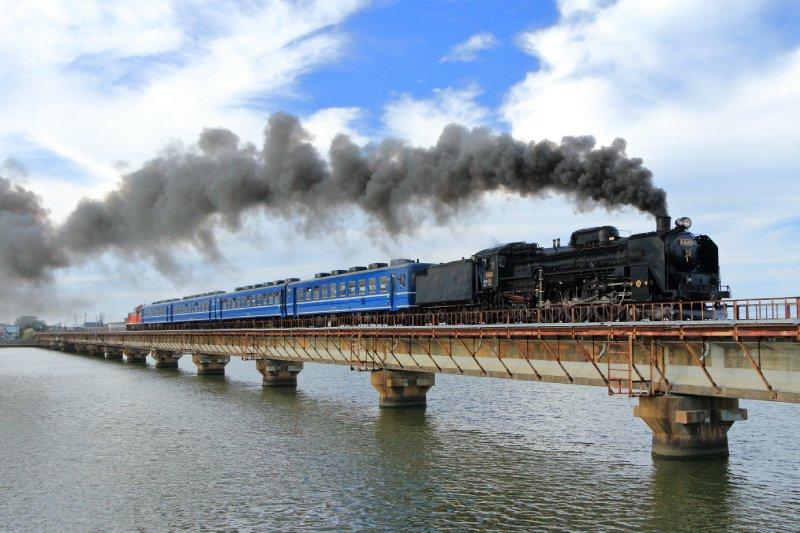 男鹿線:行駛於船越水道上的SL列車與普通車